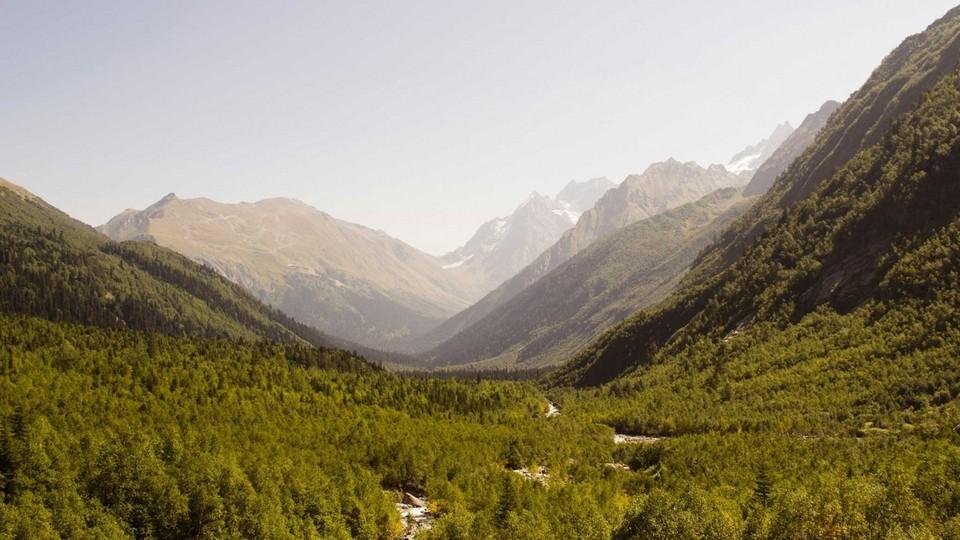 Домбай в апреле отличается красивыми горами, чистым и свежим воздухом, живописностью и возможностью активно отдохнуть