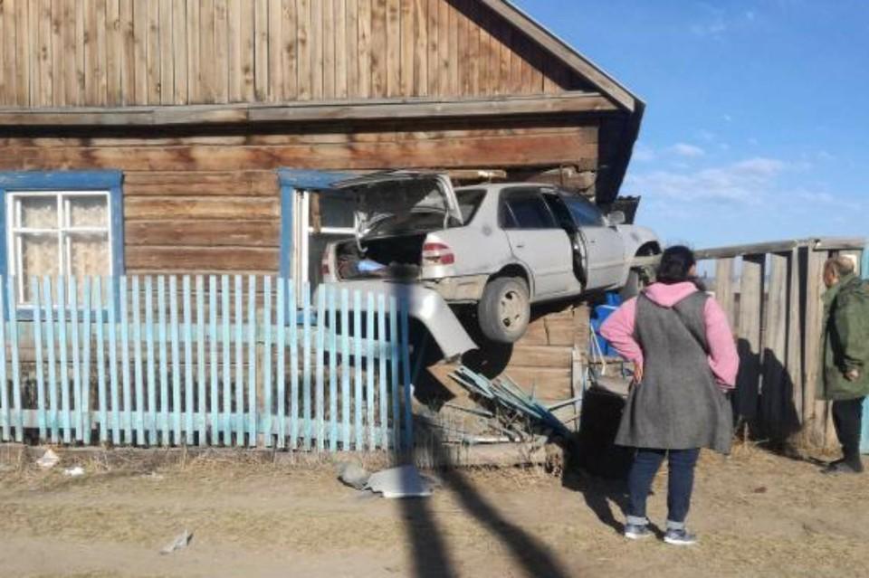 Машина, перелетев через забор, впечаталась в окно дома, пострадал трехмесячный малыш. Фото: avarkom_kuzov_salon