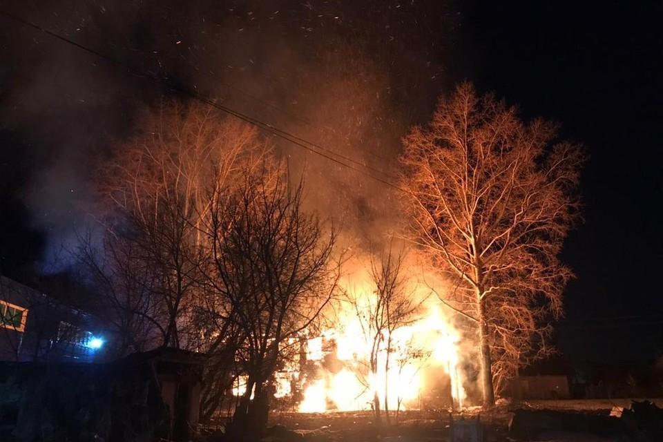 В селе Каменка в Новосибирской области вечером 20 апреля загорелся частный дом.