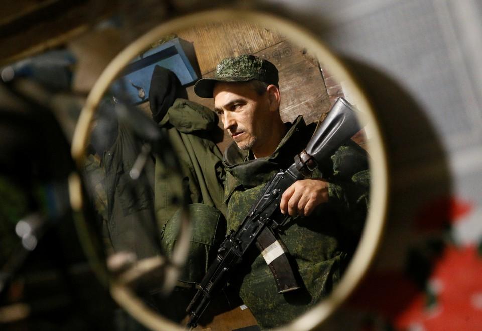 Боец сил обороны ЛНР на позициях на Донбассе.