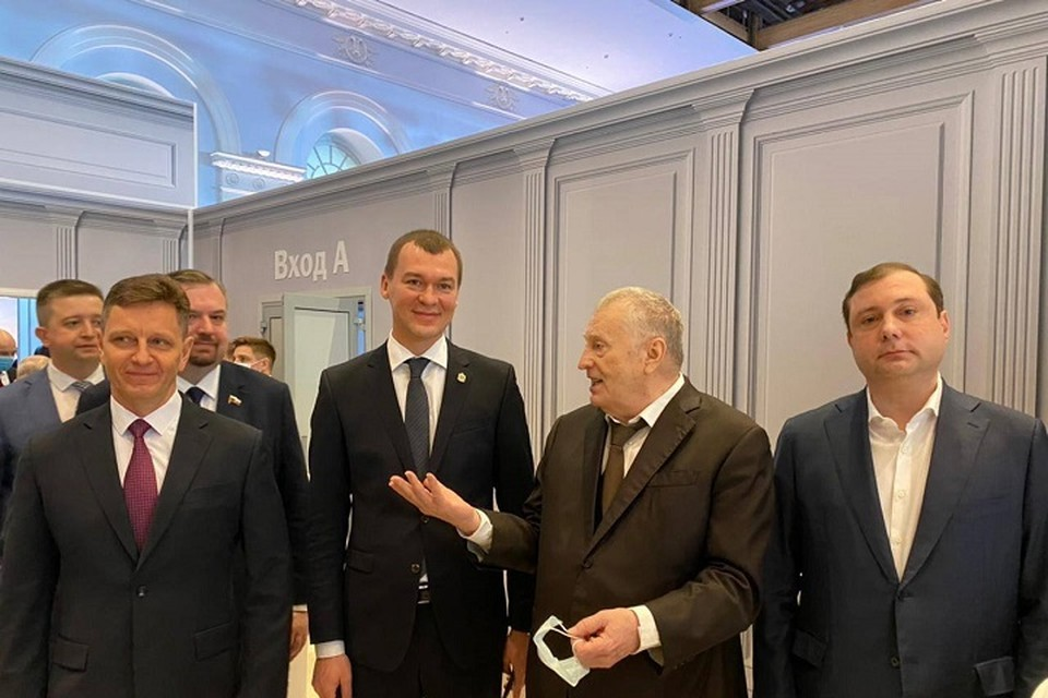 Михаил Дегтярев с коллегами из ЛДПР в кулуарах перед Посланием президента
