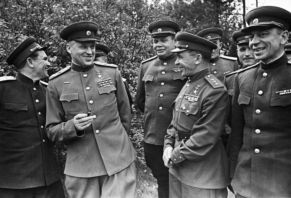 Все друзья и знакомые Рокоссовского (второй слева) в один голос твердили о безмерном обаянии маршала.