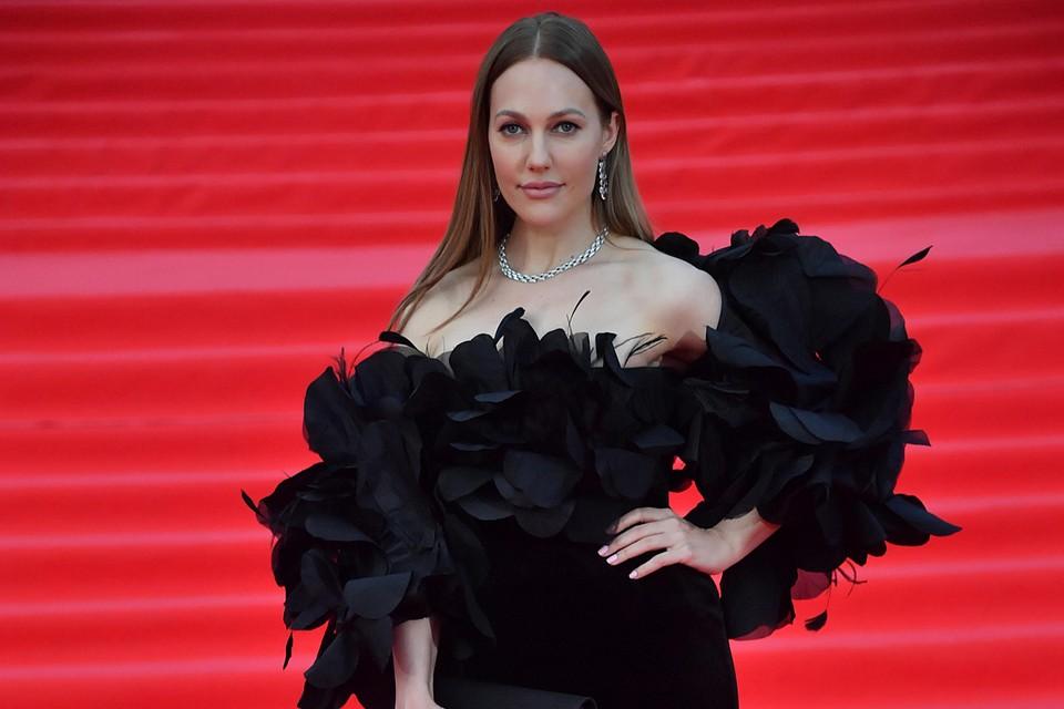 В Москву 37-летняя Мерьем прилетела на выступление на женском бизнес-форуме. И заодно зарулила на красную дорожку Московского кинофестиваля