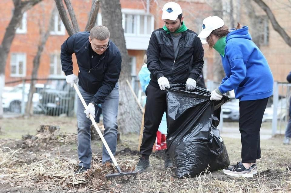 Алексей Текслер навел чистоту на участке у родной школы. Фото: gubernator74.ru