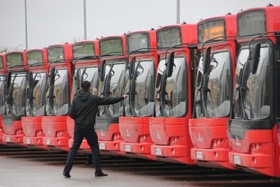 При этом ситуация с переполненными автобусами на маршруте №90, по словам местных жителей, наблюдается не только в выходные, но и по будням.