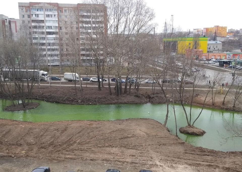 Специалисты министерства обследовали акватории и выявили место сброса жидкости зеленоватого цвета с неприятным запахом. Фото: vk.com/stroim_kirov