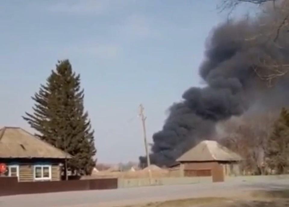 На кузбасской лесопилке произошел пожар площадью 280 квадратов. Фото: скриншот видео Инцидент Кузбасс.