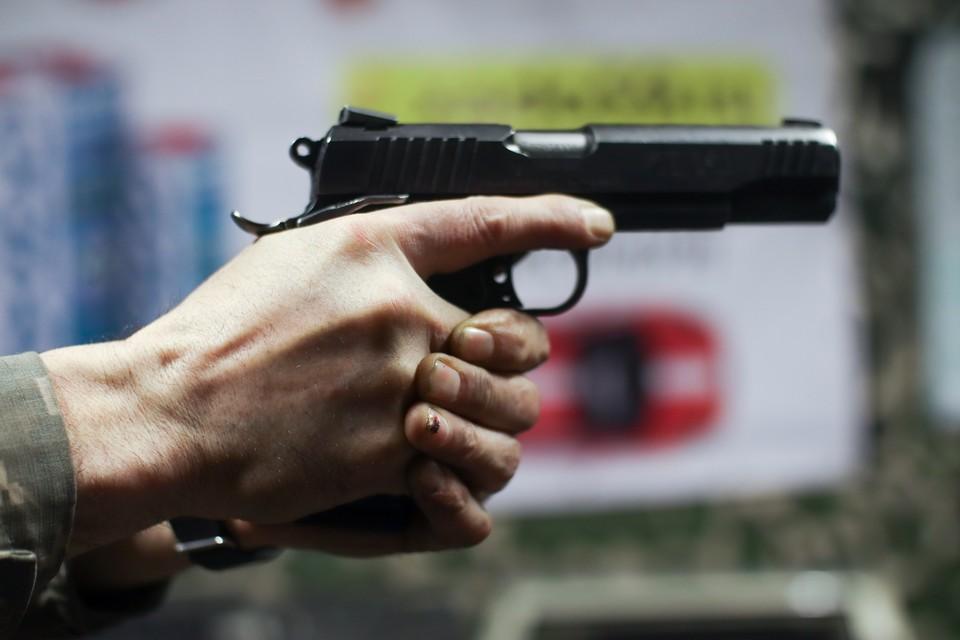 Сидевший на заднем сидении иномарки 39-летний пассажир произвел в воздух 13 выстрелов из травматического пистолета.