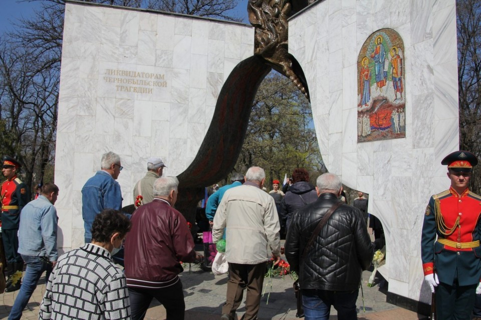 Жители Донецка возложили цветы к памятнику ликвидаторам Чернобыльской. Фото: общественное движение «Донецкая Республика»