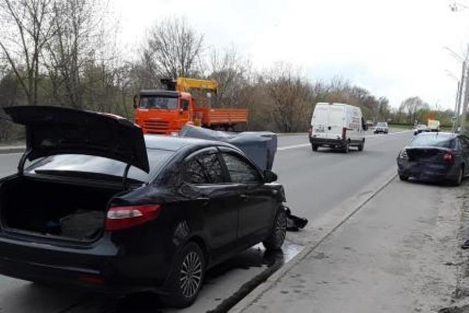 В Брянске 37-летний водитель иномарки врезался в стоявшую на дороге машину. Фото: ОГИБДД по городу Брянску.