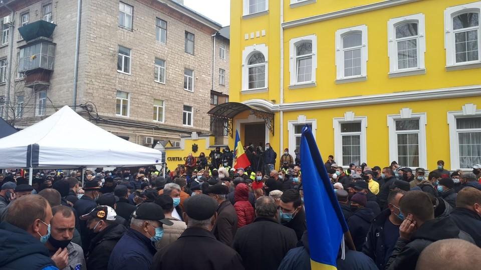 У здания КС собралось примерно 400 человек.