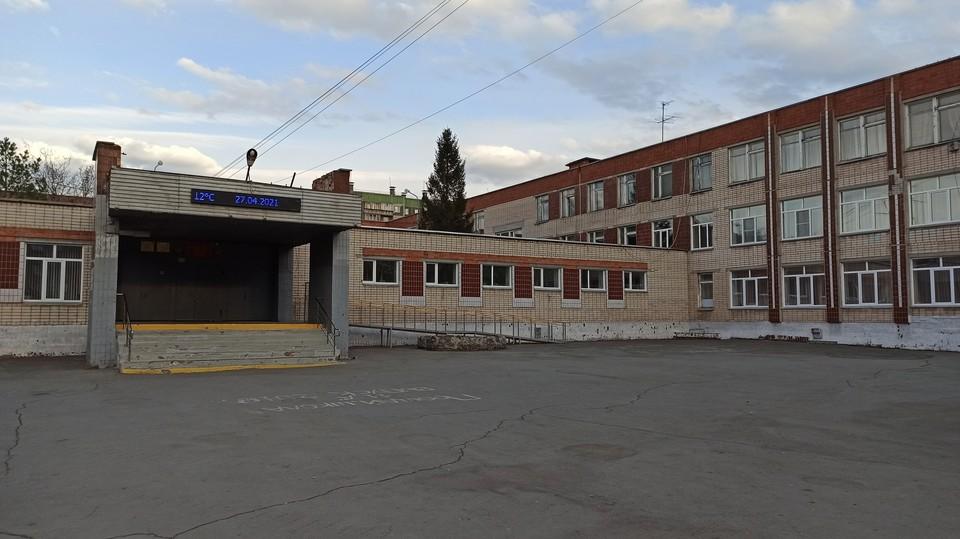 Мужчину заметили рядом со школой №68