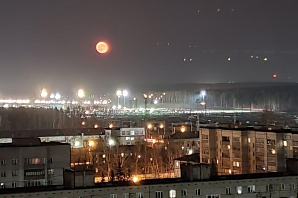Большая оранжевая луна взошла над Новосибирском. Фото: Стас Эл