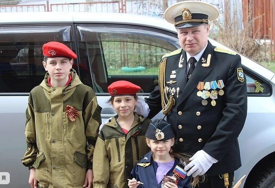 Дима Новоселов с отцом и сестрами. Фото: Фото: Архив председателя Совета родителей Копейска Андрея Горланцева.
