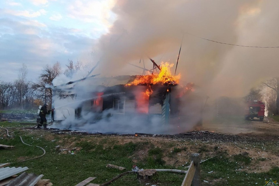 Из горящего дома 12-летний мальчик вынес полуторагодоввалого братика. Фото: МЧС.