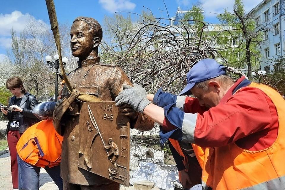 В Донецке установили памятник Евгению Халдею