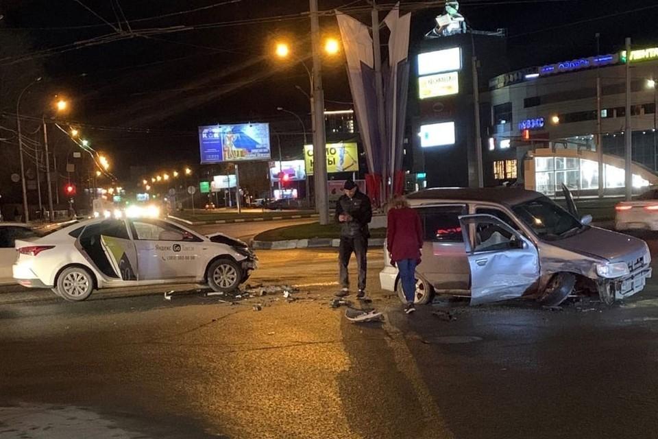 Авария произошла в Дзержинском районе. Фото: Новосибирская служба эвакуации «АСТ-54».