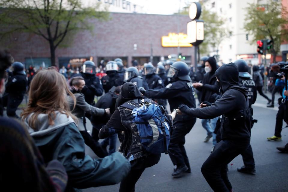 Политолог объяснил, почему первомайские демонстрации в Европе закончились стычками с полицией