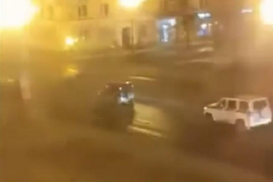 В Магадане водитель устроил гонки с полицейскими и снес два УАЗа Росгвардии. Фото: скриншот с видео из соцсетей.