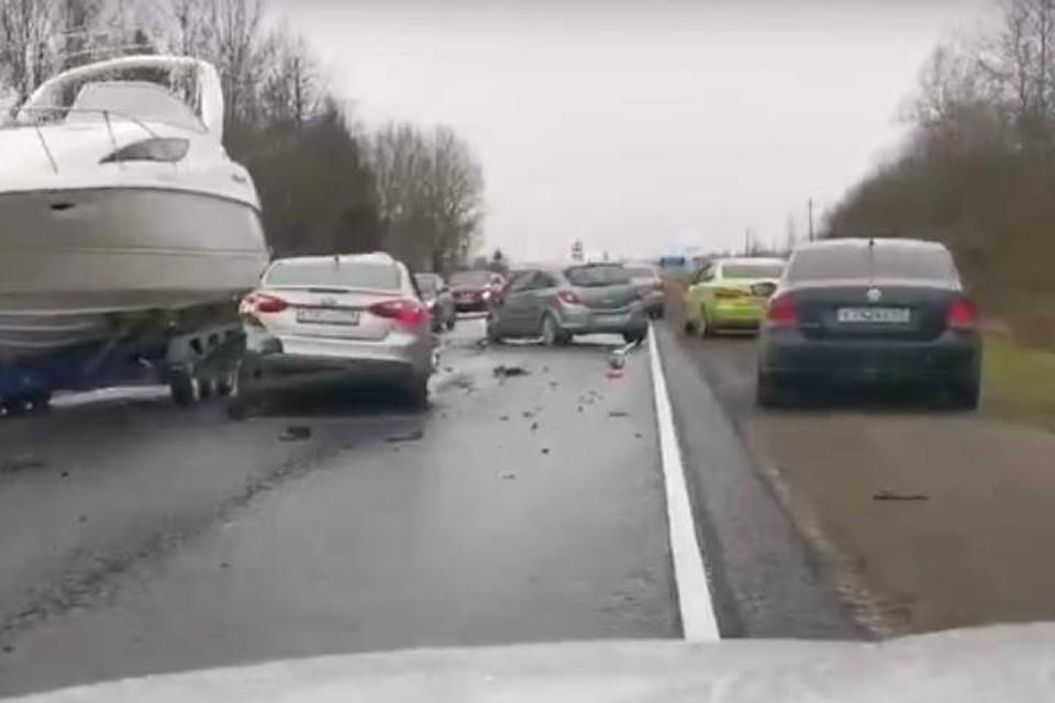 "Тройное ДТП собрало огромную пробку на трассе ""Кола"" в сторону Петербурга"