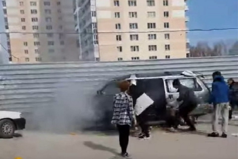 Новосибирцы тушили горящий автобус