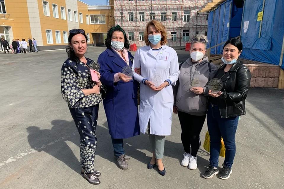 """Работников """"передовой"""" наградили памятными знаками. Фото: пресс-служба Владивостокской клинической больницы №4."""