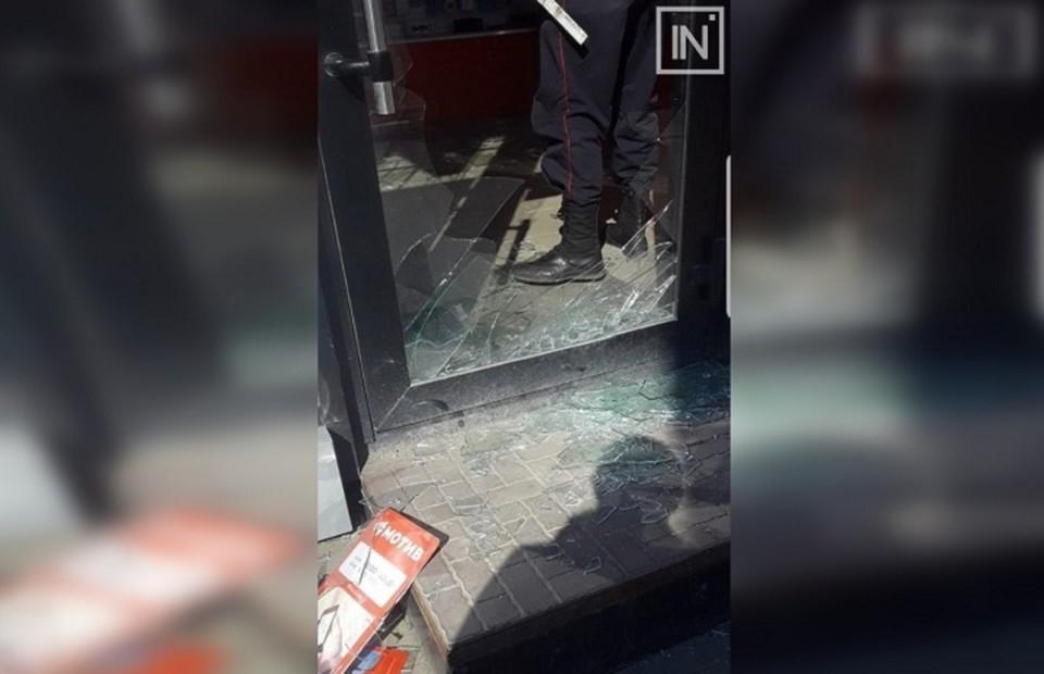 """Неизвестные разбили стекло и пробрались внутрь помещения. Фото: """"Инцидент-Екатеринбург"""""""