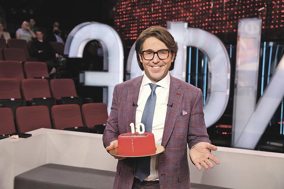 Андрей соблюдал пост, поэтому торт на 10-летие «Прямого эфира» был для гостей. Фото: Пресс-служба AVM Media