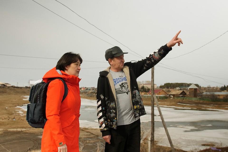 Валерий Визул показывает журналисту «КП», на какой высоте летели шары.