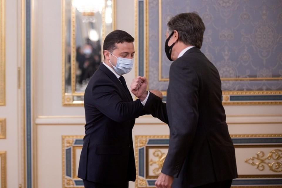 Госсекретарь США Энтони Блинкен (справа) с президентом Украины Владимиром Зеленским