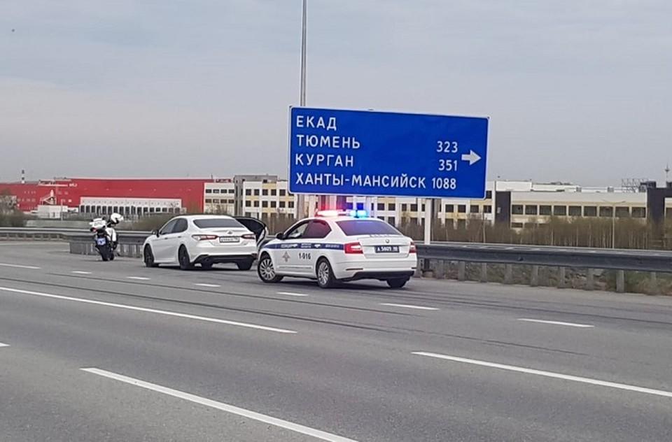 Иномарка остановилась после того, как был открыт огонь из табельного оружия. Фото: пресс-служба ГИБДД по Свердловской области