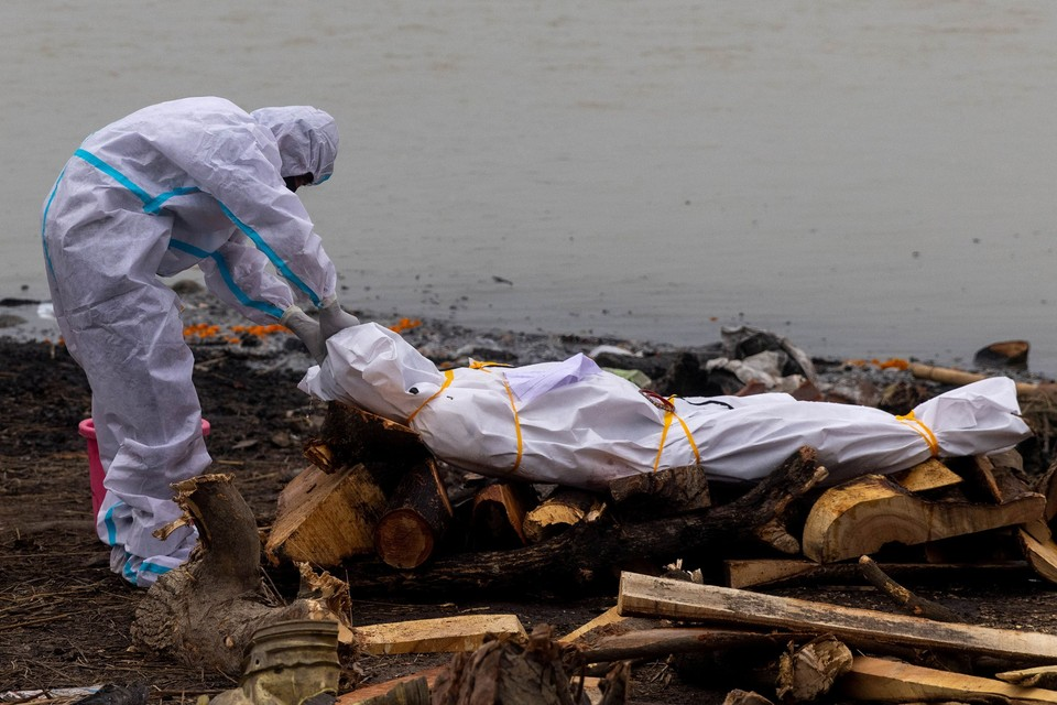 В священной индийской реке Ганг нашли 30 тел жертв коронавируса