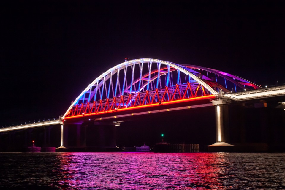 Мост засиял цветами триколора 8 мая. Фото: пресс-служба ФКУ Упрдор «Тамань»