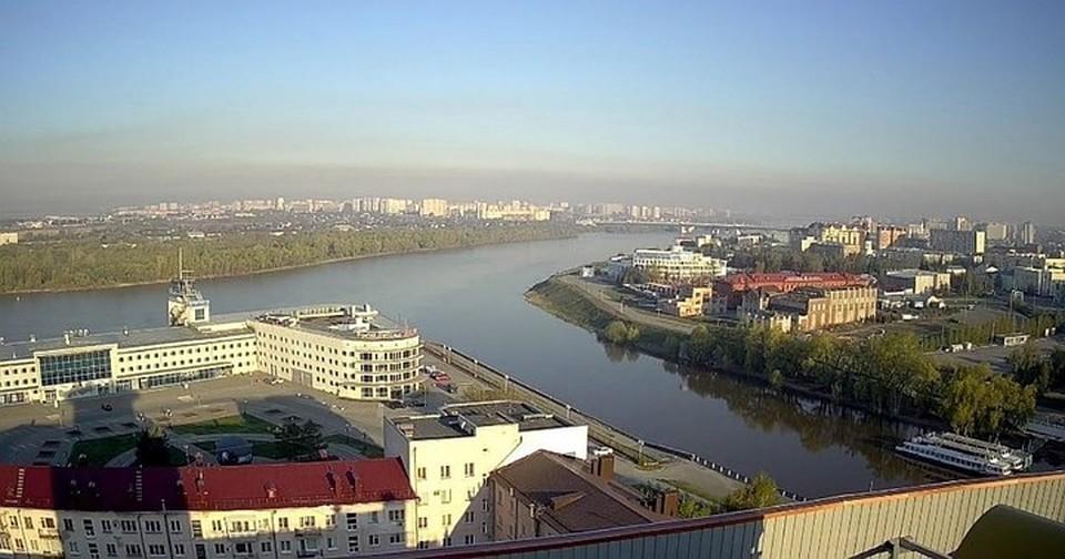 Омск оказался под куполом едкого сизого дыма. Сколько он продержится, пока не берутся сказать даже специалисты. Фото: vk.com/air_omsk