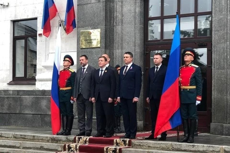 В Луганск приехала большая делегация из России – в центре первый зампредседателя Совета Федерации РФ Андрей Турчак. Фото: ЛИЦ