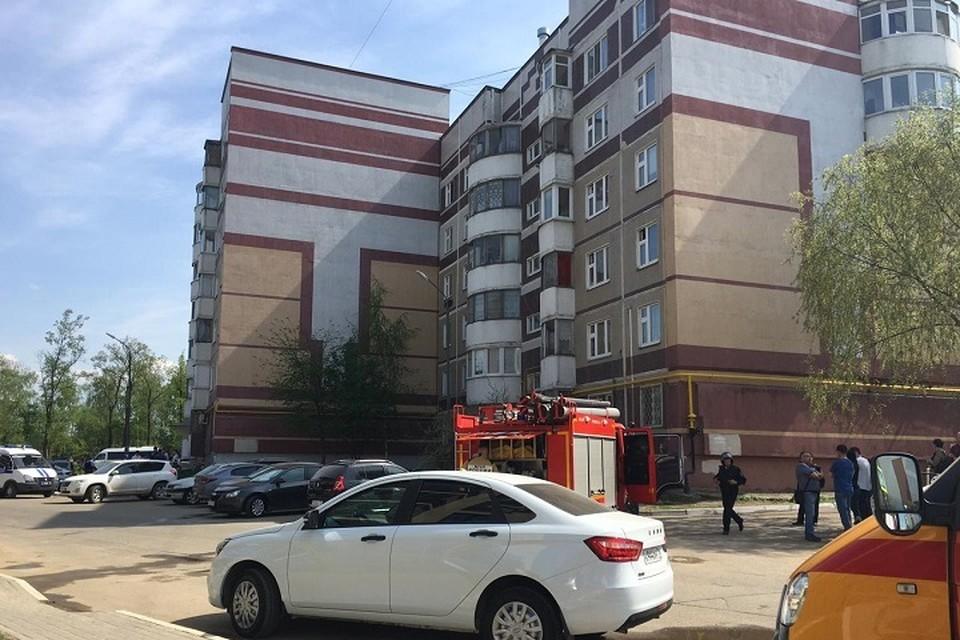 Из-за информации о взрывном устройстве, перед обыском квартиры весь дом эвакуировали.