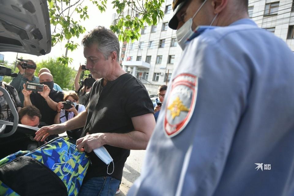 Евгений Ройзман пришел на заседание суда с сумкой с вещами на случай ареста.