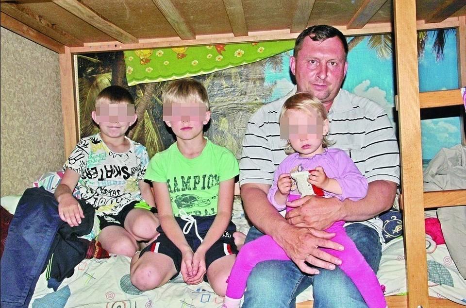 После трагедии Алексей остался один с пятью детьми.