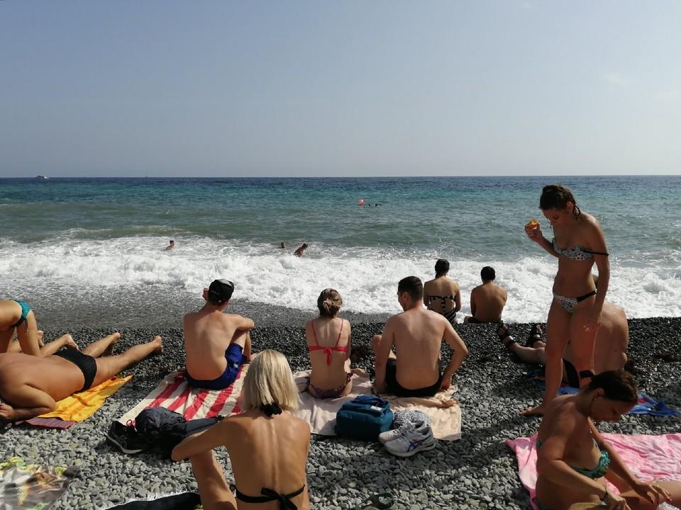 Крымские пляжи привлекают отдыхающих.