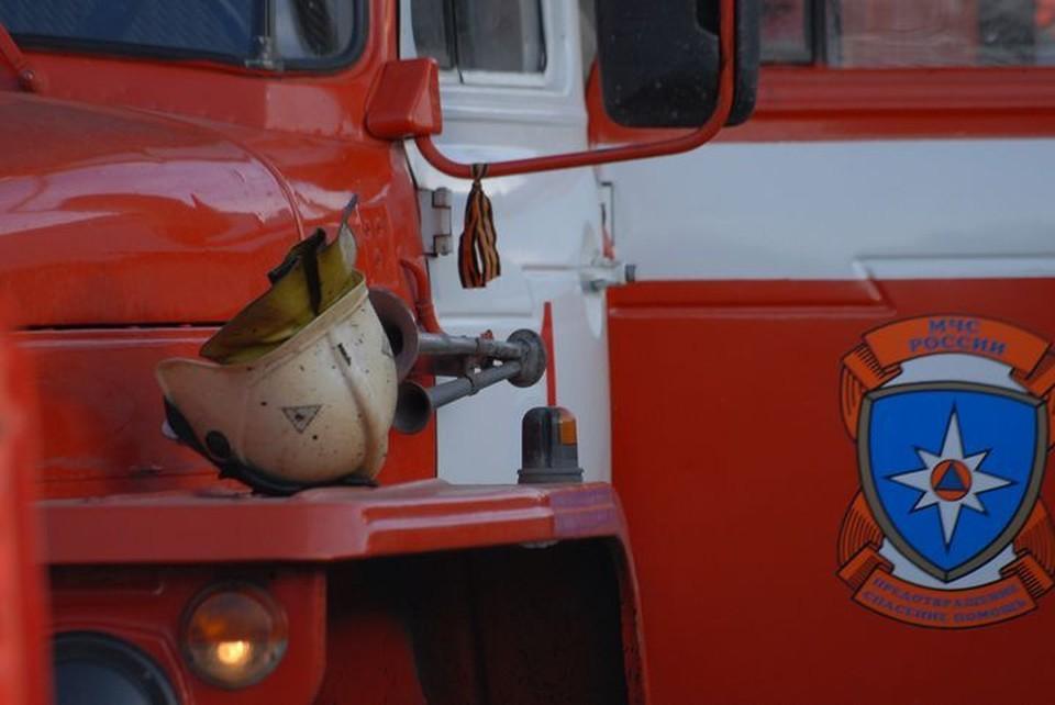 На месте работали пожарные.