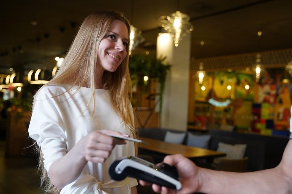 Почти все зарплатные карты подразумевают льготное обслуживание для пользователей. Росбанк в этом вопросе пошел еще дальше