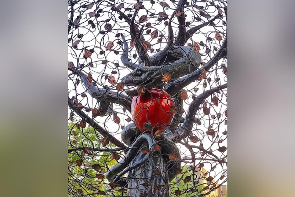 Новая скульптура олицетворяет собой Эдемский сад, а вовсе не поклонение сатане. Фото: vk.com/kirov_blacklist