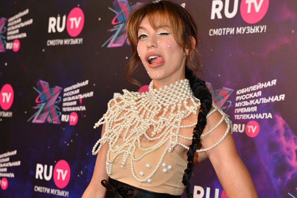 У Регины Тодоренко очень трендовая причёска, низкая коса