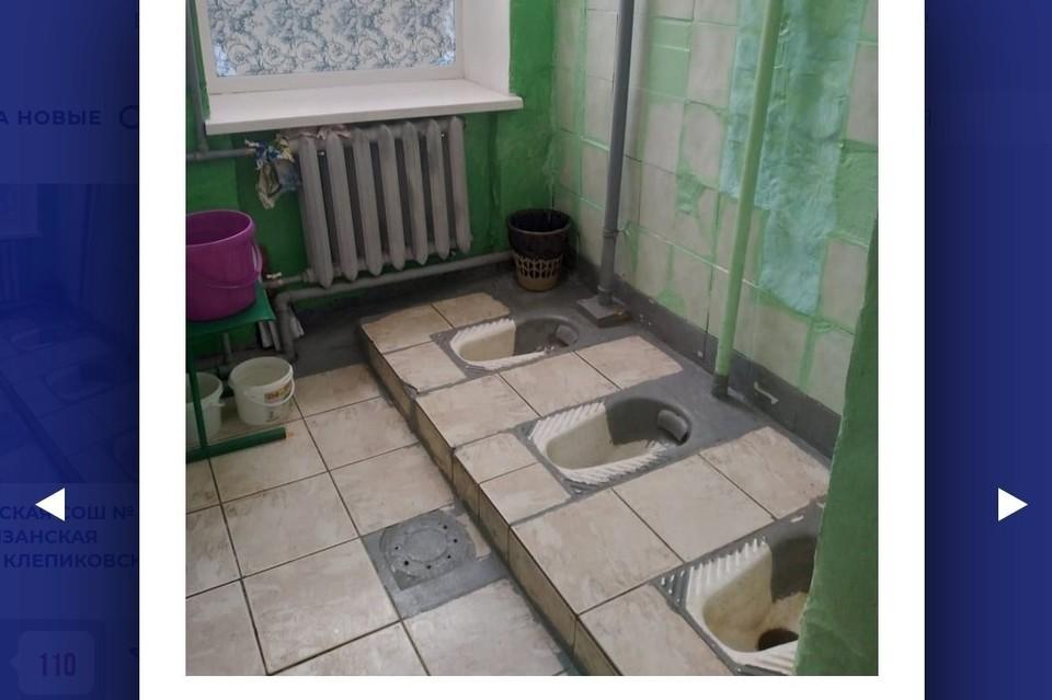 Школа в Рязанской области показала туалет без кабинок. Фото: Доместос.