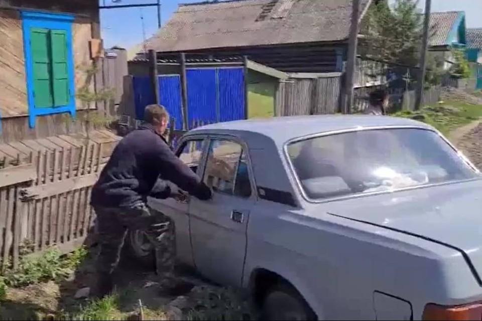 """Въехавшего в забор на """"Волге"""" пьяного водителя задержали в Тулуне"""