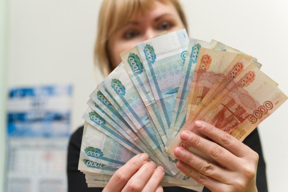 Женщина выписывала премии своим сотрудникам, а после забирала деньги себе.