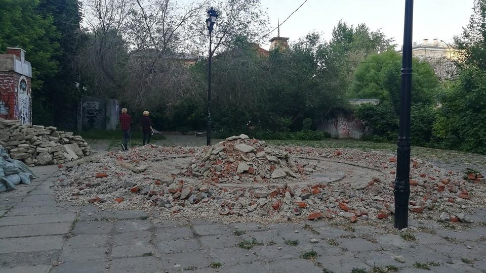 Началась подготовка к строительству в сквере на перекрестке улицы Чернышевского и Бабушкиного взвоза. Фото «Бизнес-вектора»