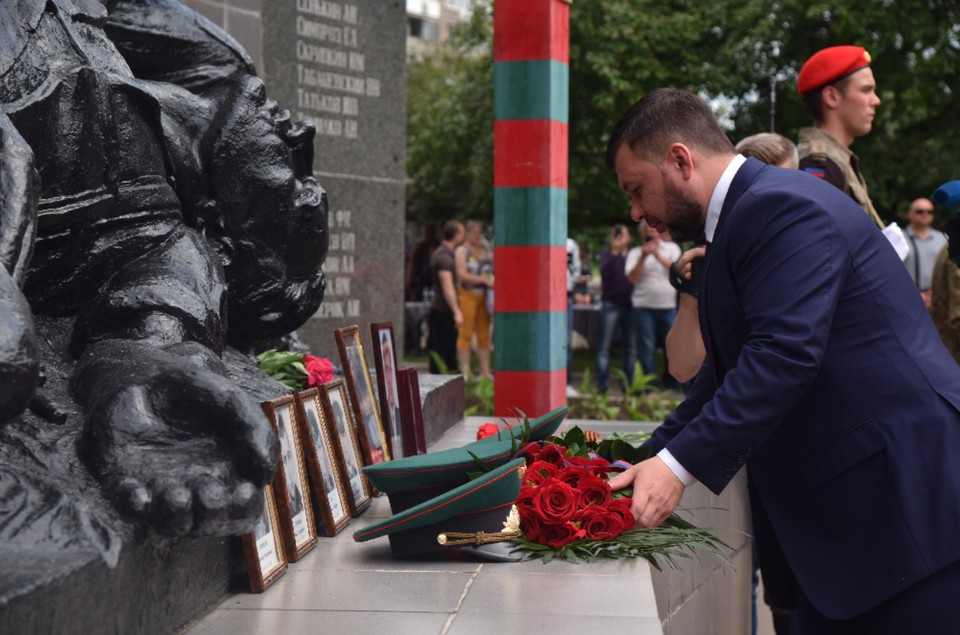 Денис Пушилин возложил цветы к памятнику воинам-интернационалистам в Макеевке. Фото: сайт Главы ДНР
