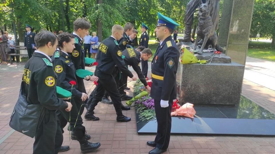 У памятника Дзержинскому прошла церемония возложения цветов и венков