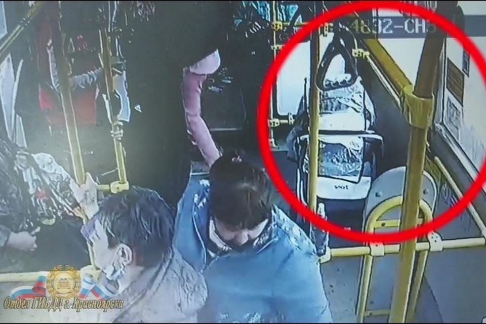 В красноярской маршрутке перевернулась коляска с младенцев. Стоп-кадр видео